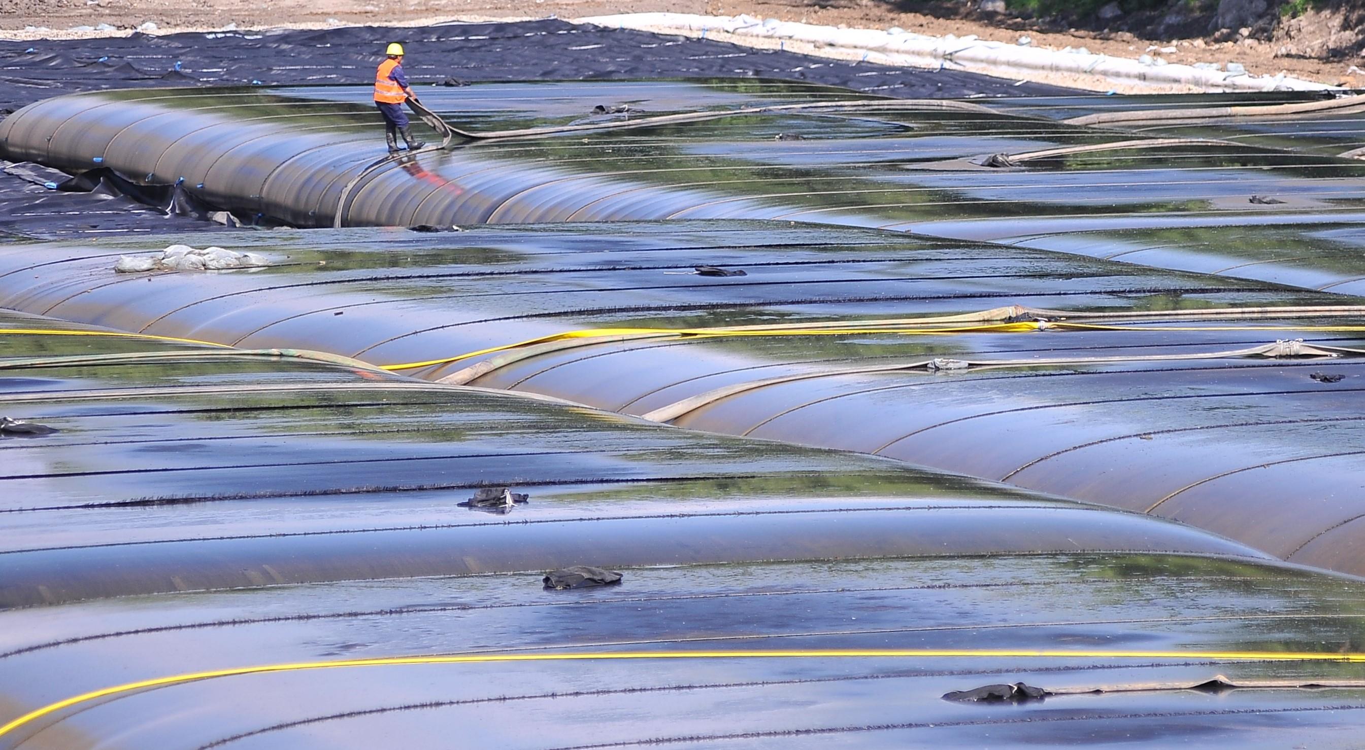长长的管路铺正在河面上?市政污水处理(图1)