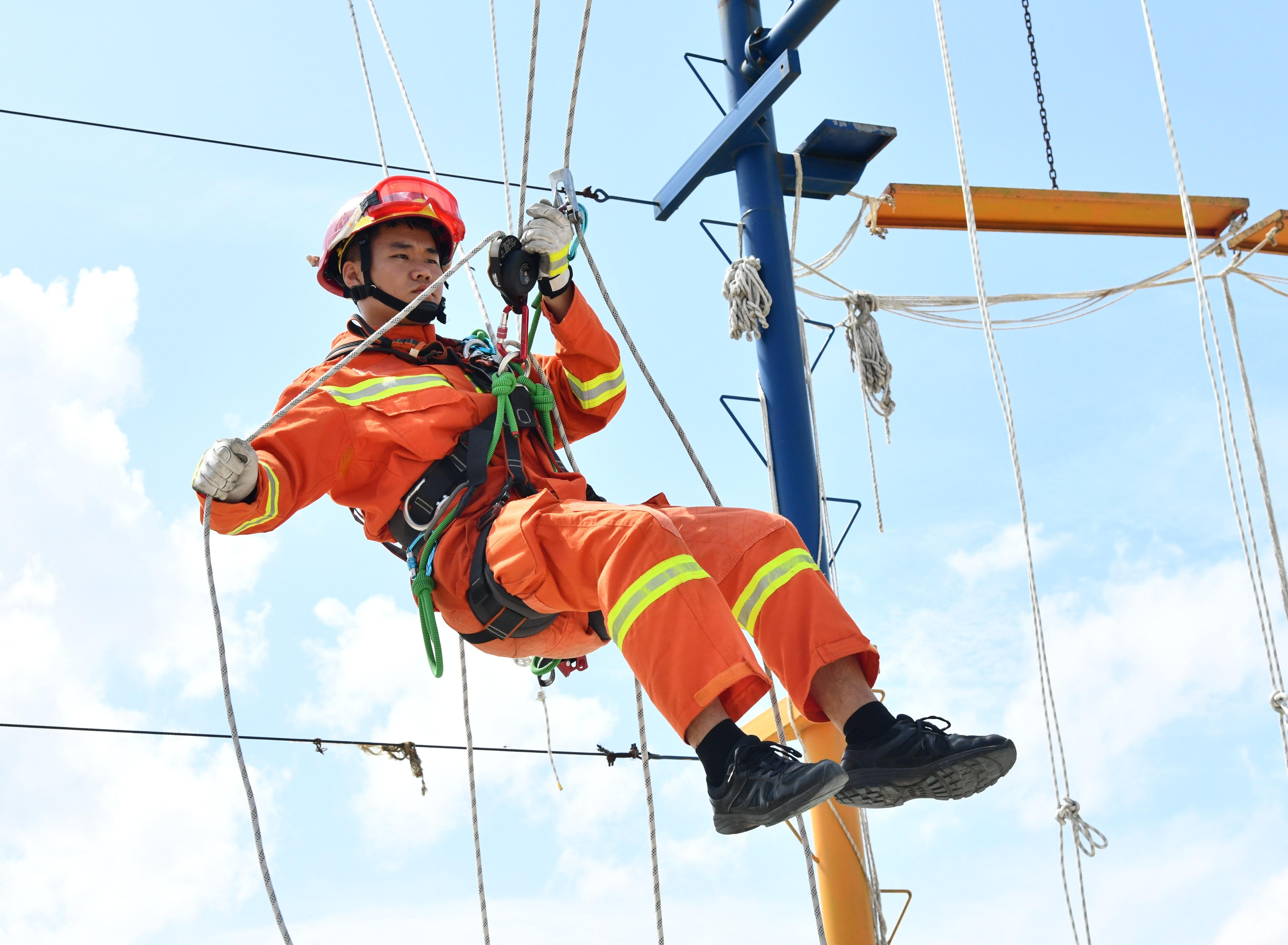 """为进一步提升全市消防救援队伍绳索救援技术水平,提高新时期""""全灾种、大应急""""的打赢能力,近日,哈尔滨市消防救援支队开展绳索救援训练。"""