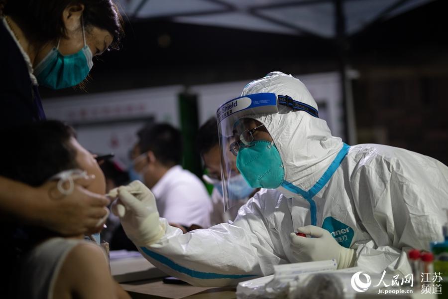 南京雨花台区核酸检测采样点,一名儿童正接受检测。雨花台区委宣传部供图