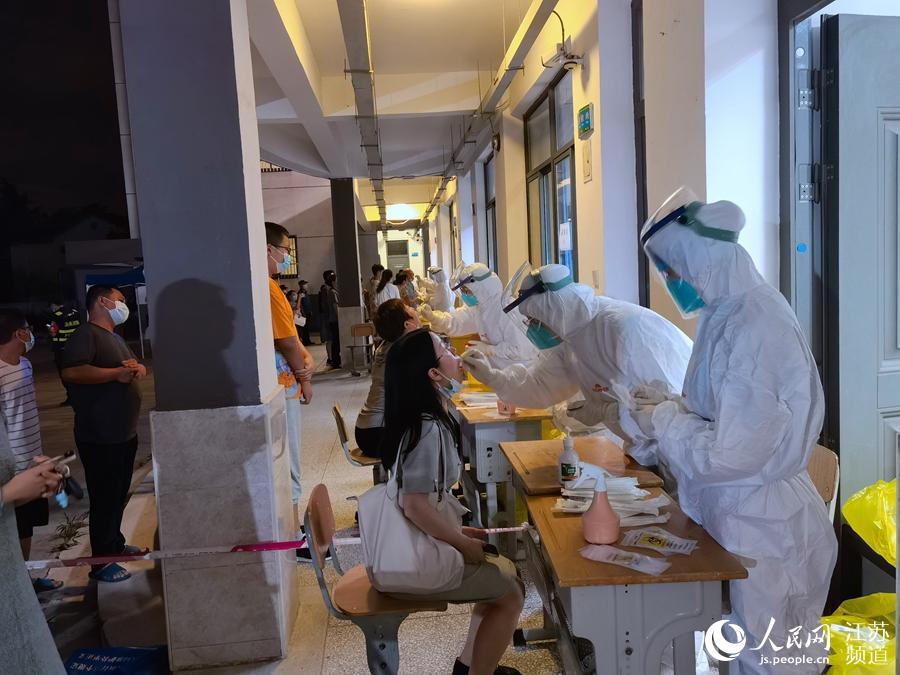 21日晚,南京浦口汤泉中学核酸检测点。浦口区委宣传部供图