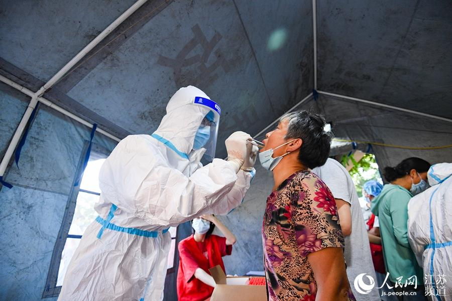 南京高淳淳安社区核酸检测点,一位老人正在进行核酸采样。刘列摄
