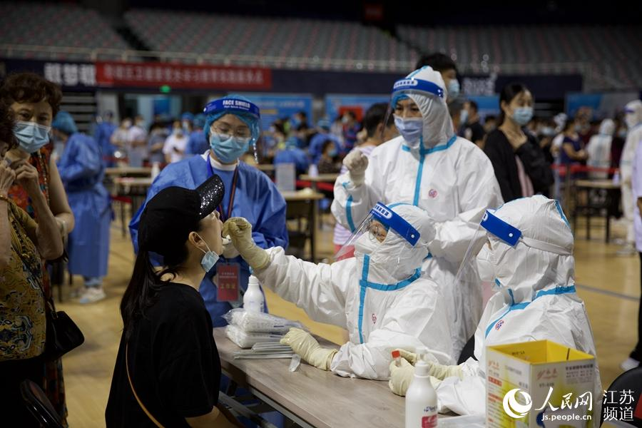 南京五台山体育中心核酸检测点。朱亦彤摄