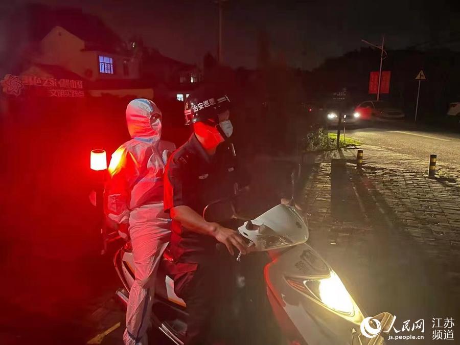 江宁区横山村工作人员深夜带着医务人员到残疾群众家中上门检测。王恺摄