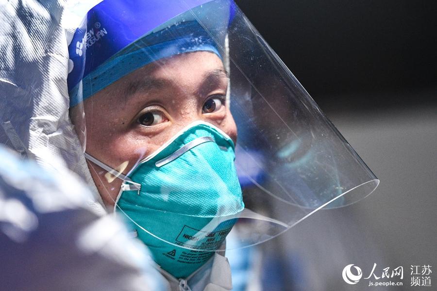 防护服下连夜进行核酸采样的医护人员。刘列摄