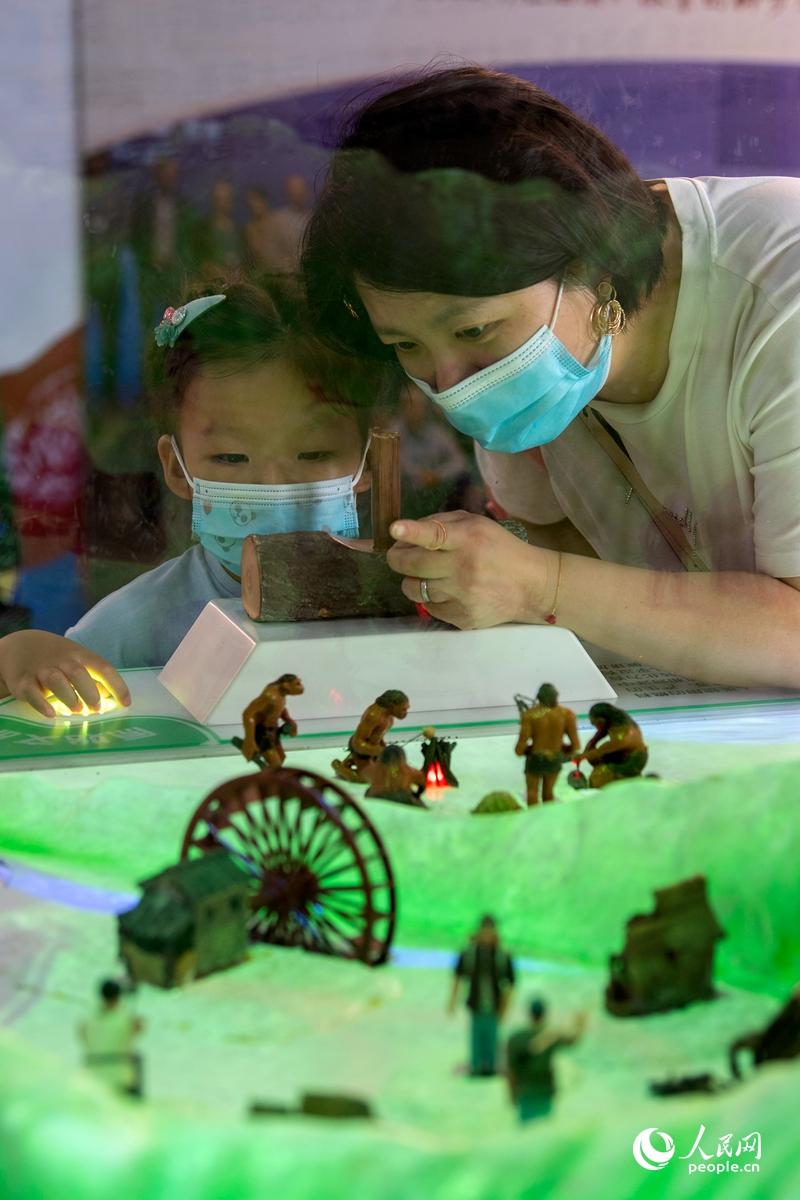 全国科普日活动11日在全国各地启动。中国科技馆主会场内,小朋友体验科普互动项目。人民网记者 翁奇羽摄
