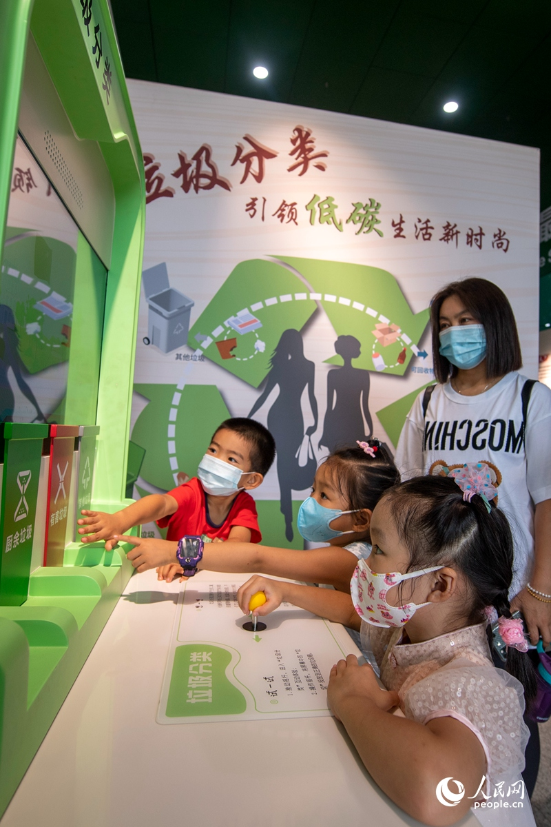 全国科普日活动11日在全国各地启动。中国科技馆主会场内,小朋友体验垃圾分类科普互动项目。人民网记者 翁奇羽摄