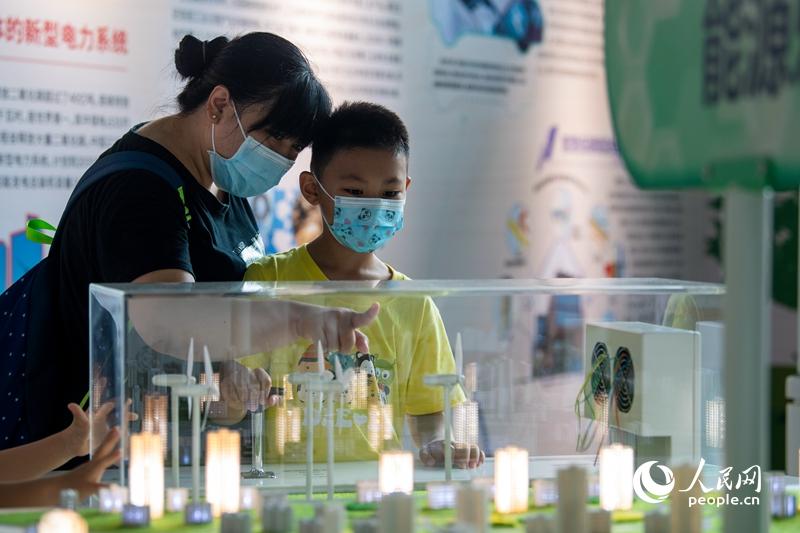 全国科普日活动11日在全国各地启动。中国科技馆主会场内,小朋友体验新能源科普互动项目。人民网记者 翁奇羽摄