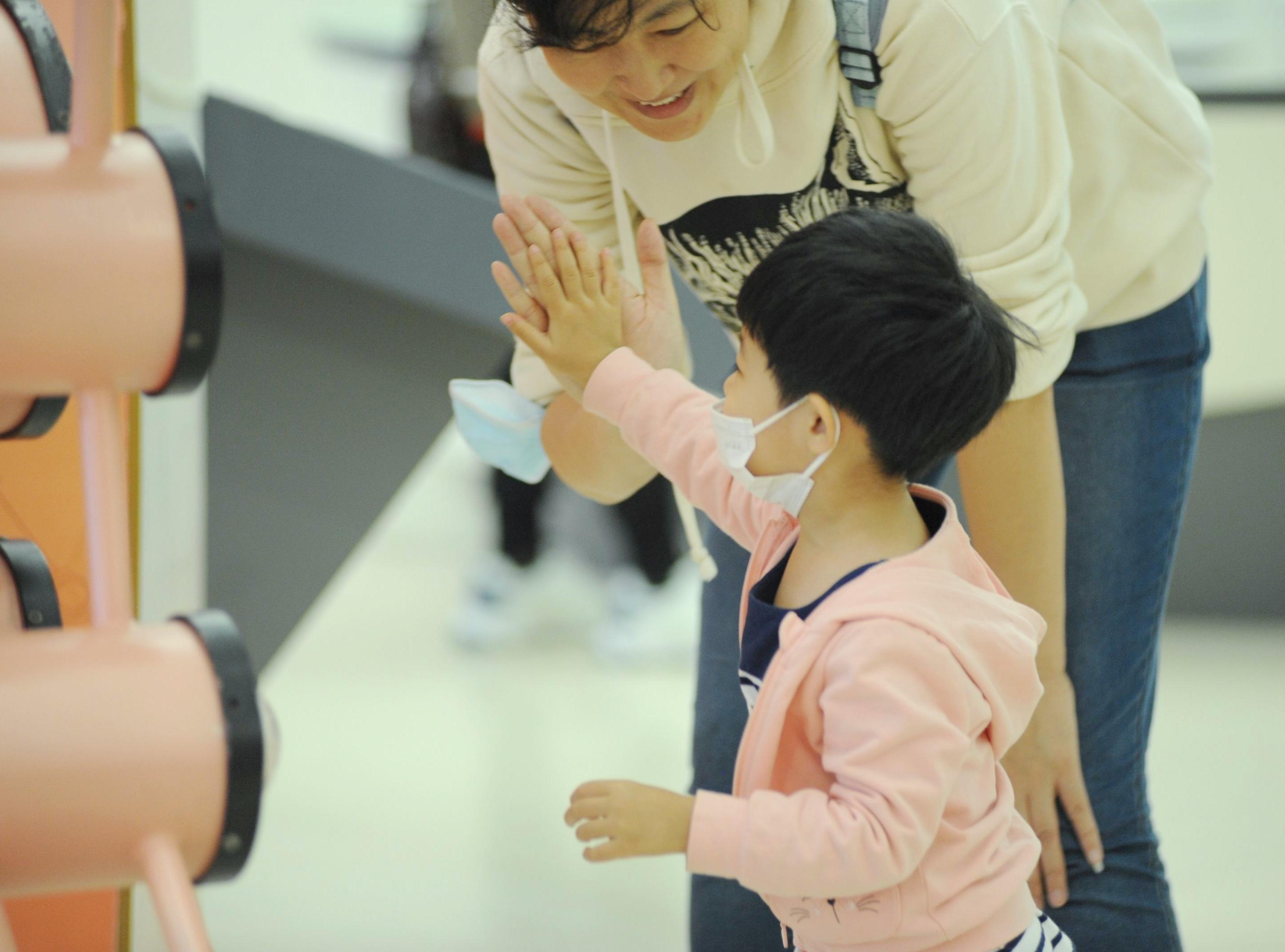 9月21日,在黑龙江省科学技术馆内,家长们趁着假期带孩子来感受科技的神奇,在寓教于乐中汲取科普知识。
