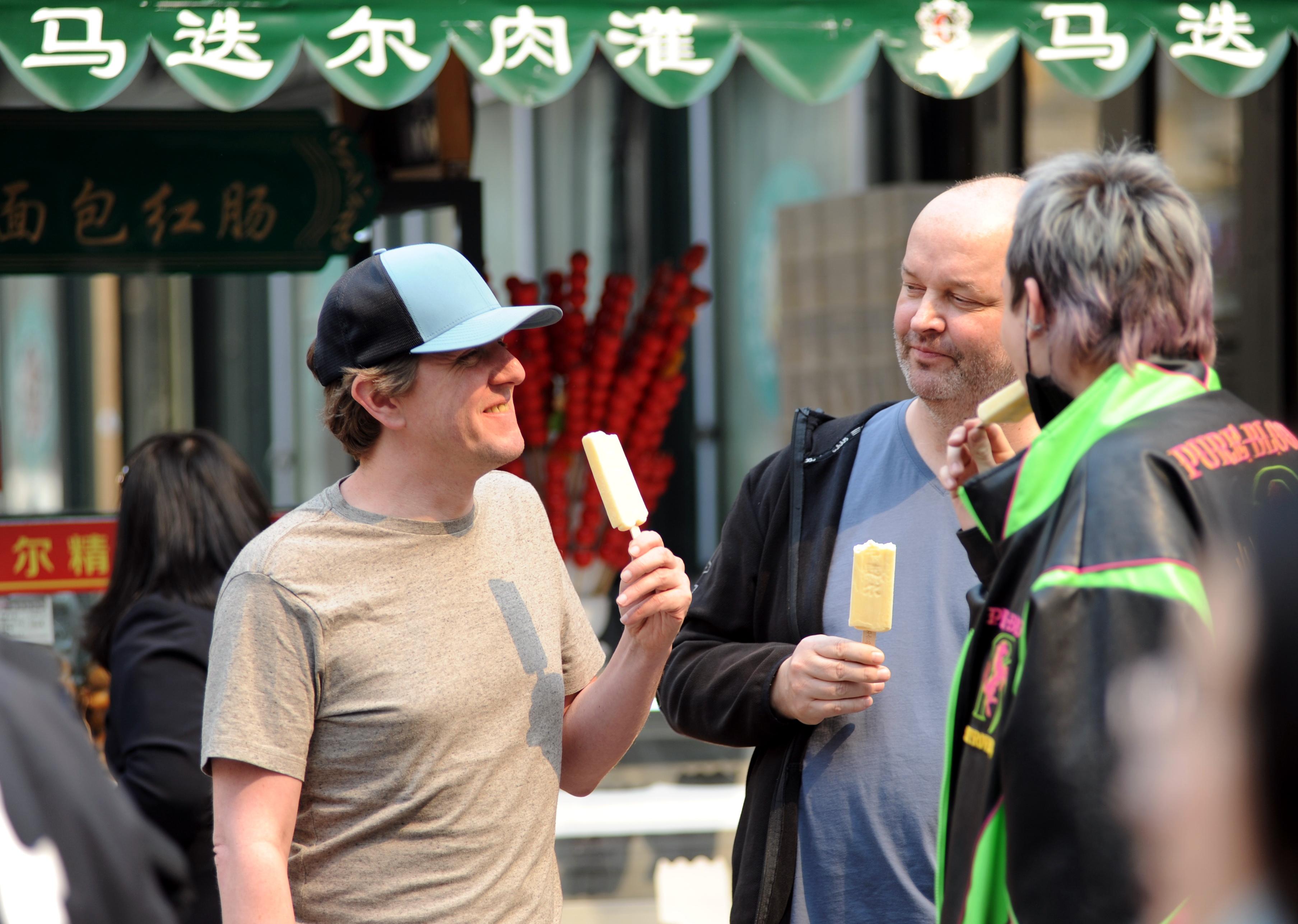 """21日,来自气象部门的消息显示,哈尔滨市当日最高气温达22度,冰城哈尔滨进入""""撸胳膊挽袖子""""的季节。 一夜间,哈尔滨街头巷尾的行人脱掉长袖衣物,而出行的美女们更是裙舞飞扬,百年老街步行街上行人的出行标配多是一根马迭尔冰棍或是一杯冷饮。"""