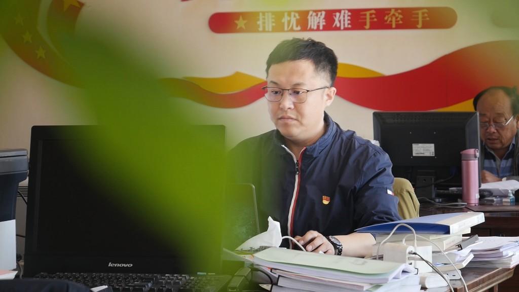 他叫崔铭远,今年36岁,是齐齐哈尔市梅里斯区达呼店镇丰宝村第一书记兼工作队长。从驻村的那一刻起,带领村民脱贫致富便成了他最大的心愿。