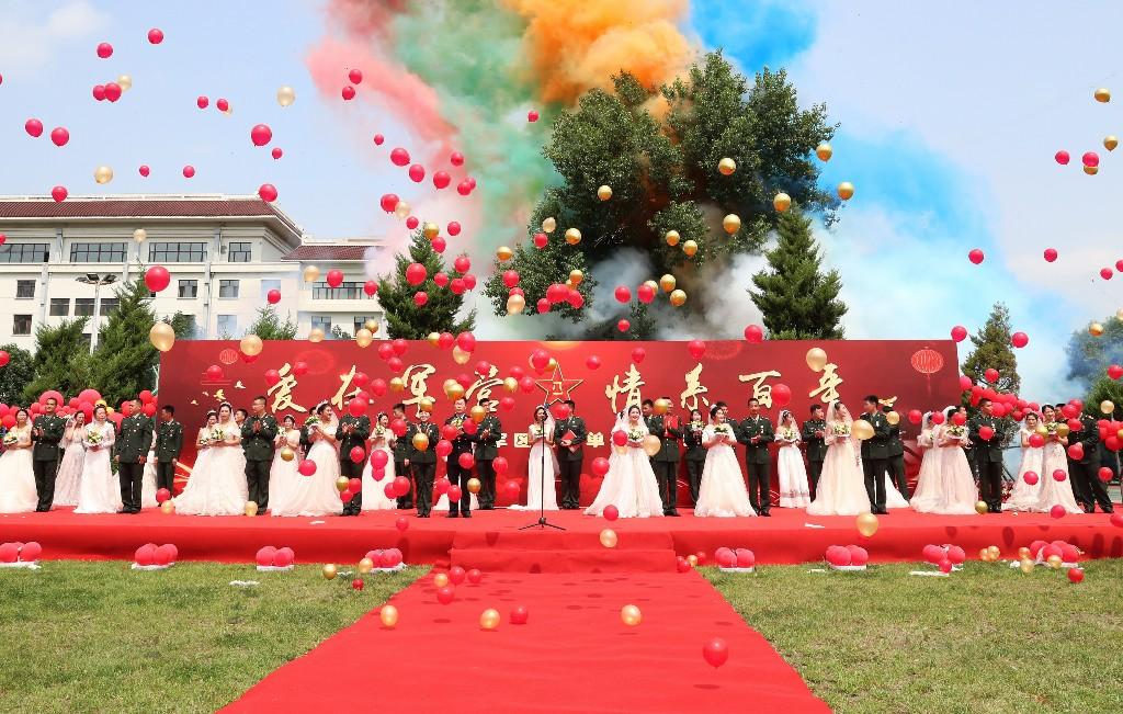 7月27日,在八一建军节到来之际,黑龙江省军区直属单位首届集体婚礼在军营举行,23对新人在战友和亲属的共同见证下喜结良缘,步入婚姻殿堂。
