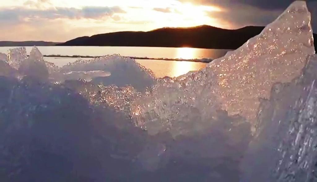 近日,牡丹江市世界地质公园镜泊湖南湖头景区,隆起的岸冰,成为一道特别的自然景观。