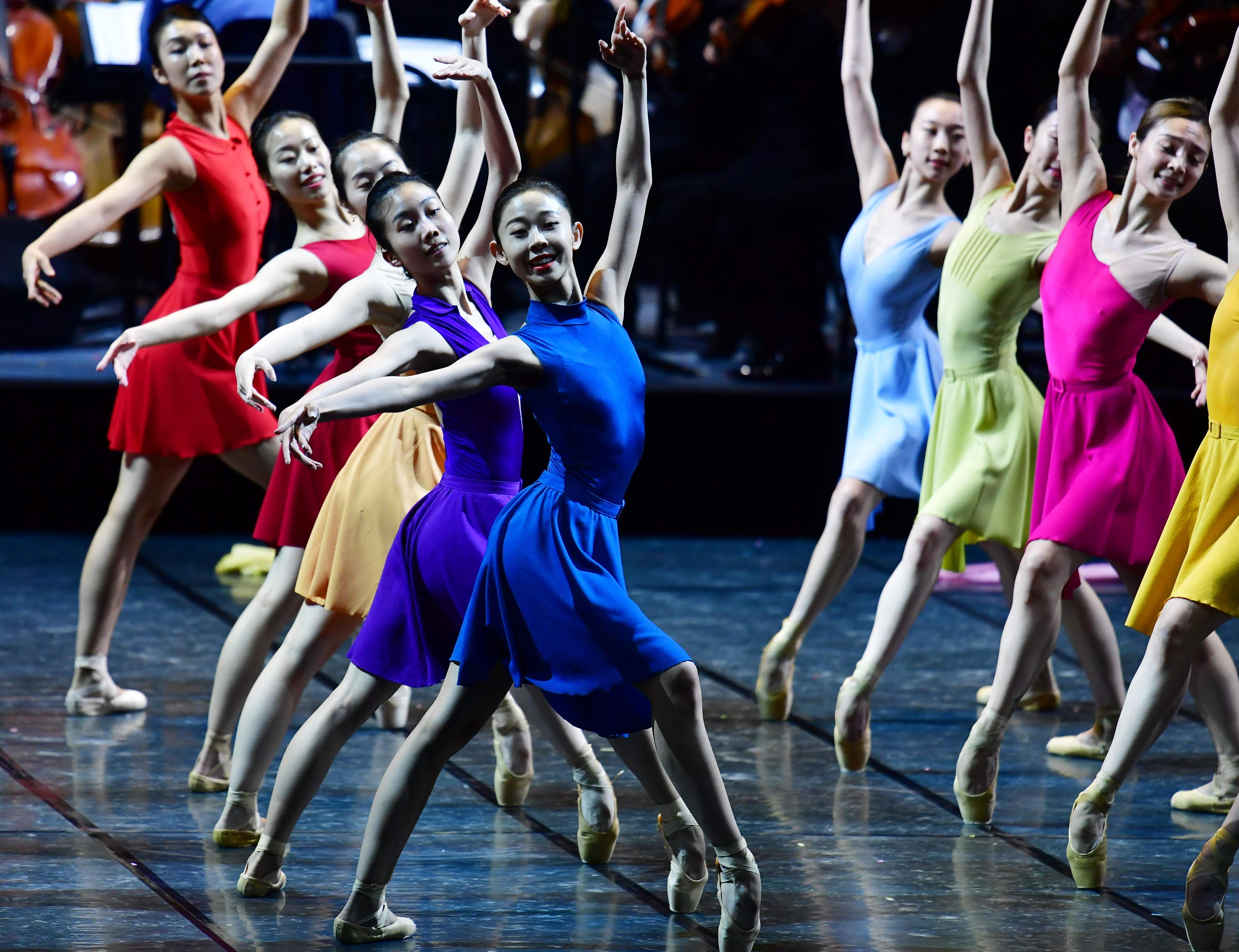 记者从哈尔滨芭蕾舞团了解到,4月28日、29日,由哈尔滨市委宣传部、哈尔滨市文化广电和旅游局、哈尔滨学院主办的《春•欢乐颂》交响芭蕾晚会将在哈尔滨大剧院隆重登场。