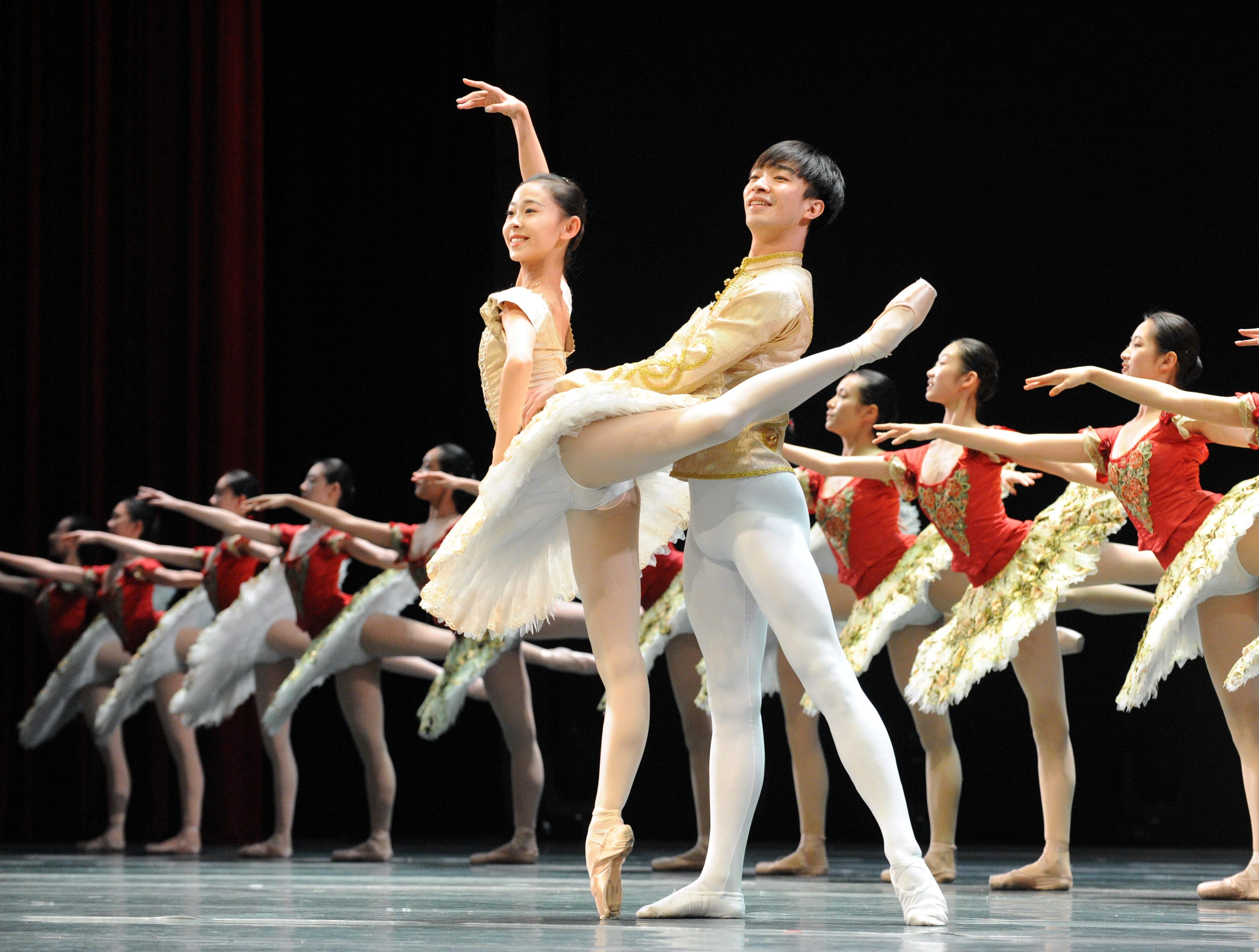 """4月28日,""""春天的芭蕾——《春·欢乐颂》""""交响芭蕾晚会在哈尔滨大剧院为广大芭蕾舞爱好者奉献了一台芭蕾盛宴。"""