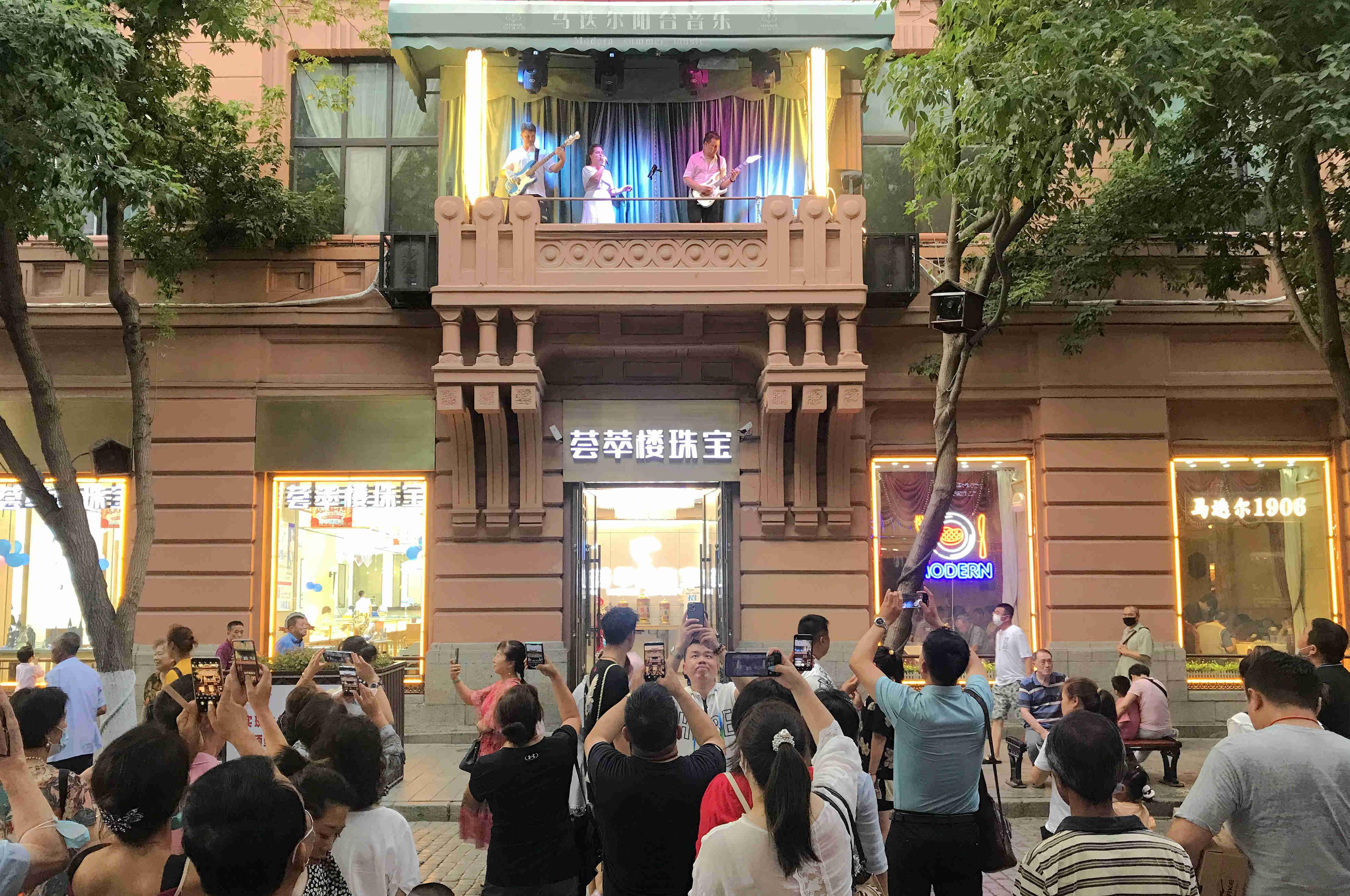 近日,在哈尔滨市的百年老街中央大街上,第14届马迭尔阳台音乐会的歌声再度响起。音乐家们通过流行音乐和经典旋律相结合的表演形式,通过欢快又不失悠扬的旋律,引起围观者的情感共鸣,赢得阵阵掌声,让哈尔滨的夏夜飘荡起浪漫的氛围。