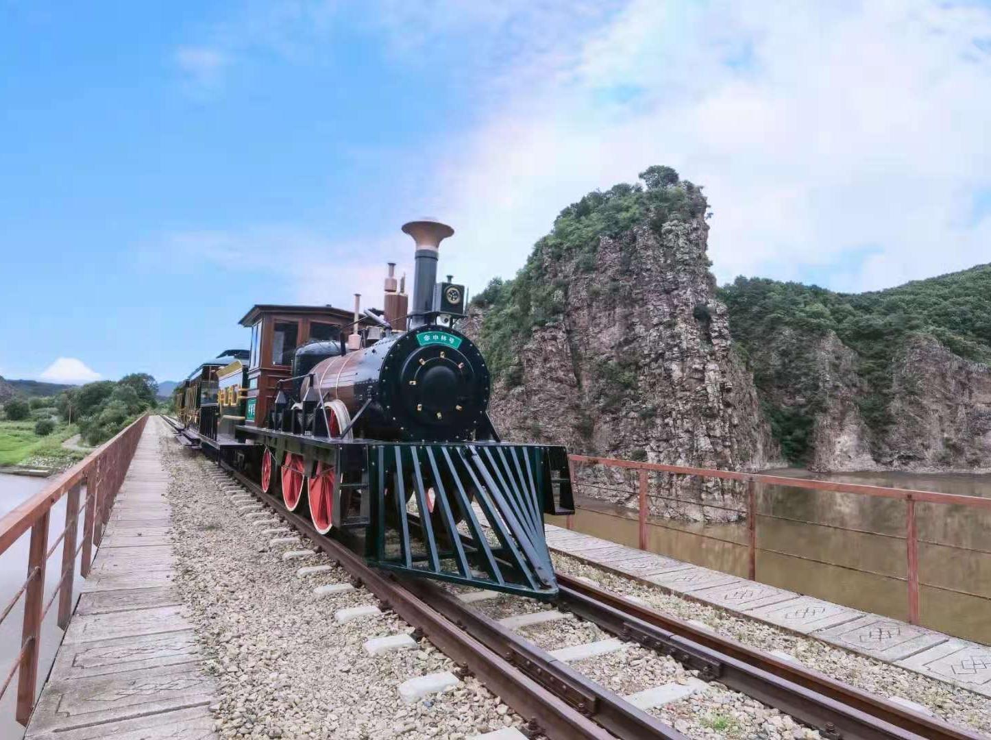 """在东宁洞庭风景区内,一列小火车缓缓驶来——它就是""""中林号""""观光火车。"""