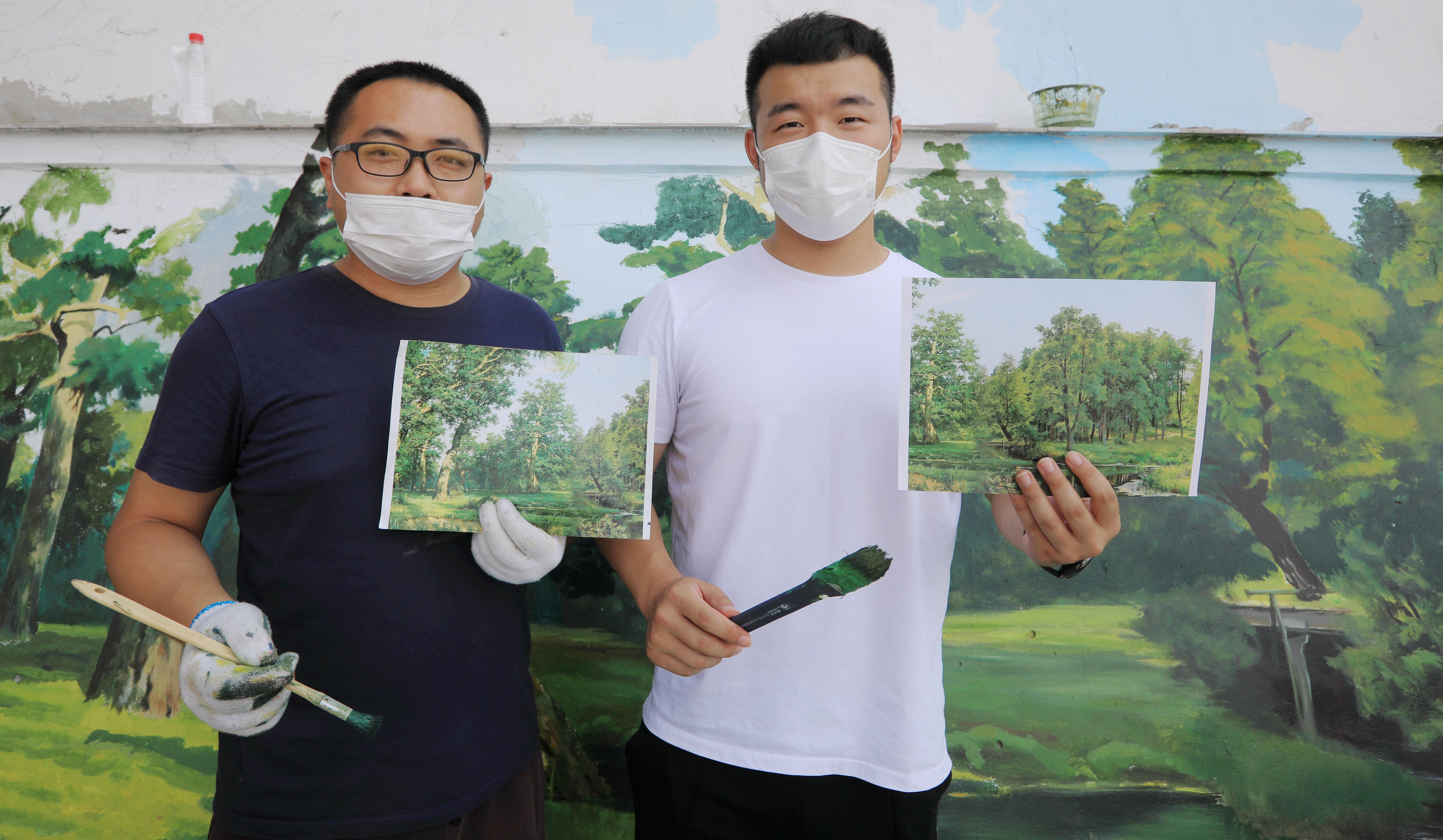 近日,哈尔滨市九站公园至群力外滩公园间,打通了一条沿江景观栈道,栈道旁艺术家绘出一堵油画风景墙。