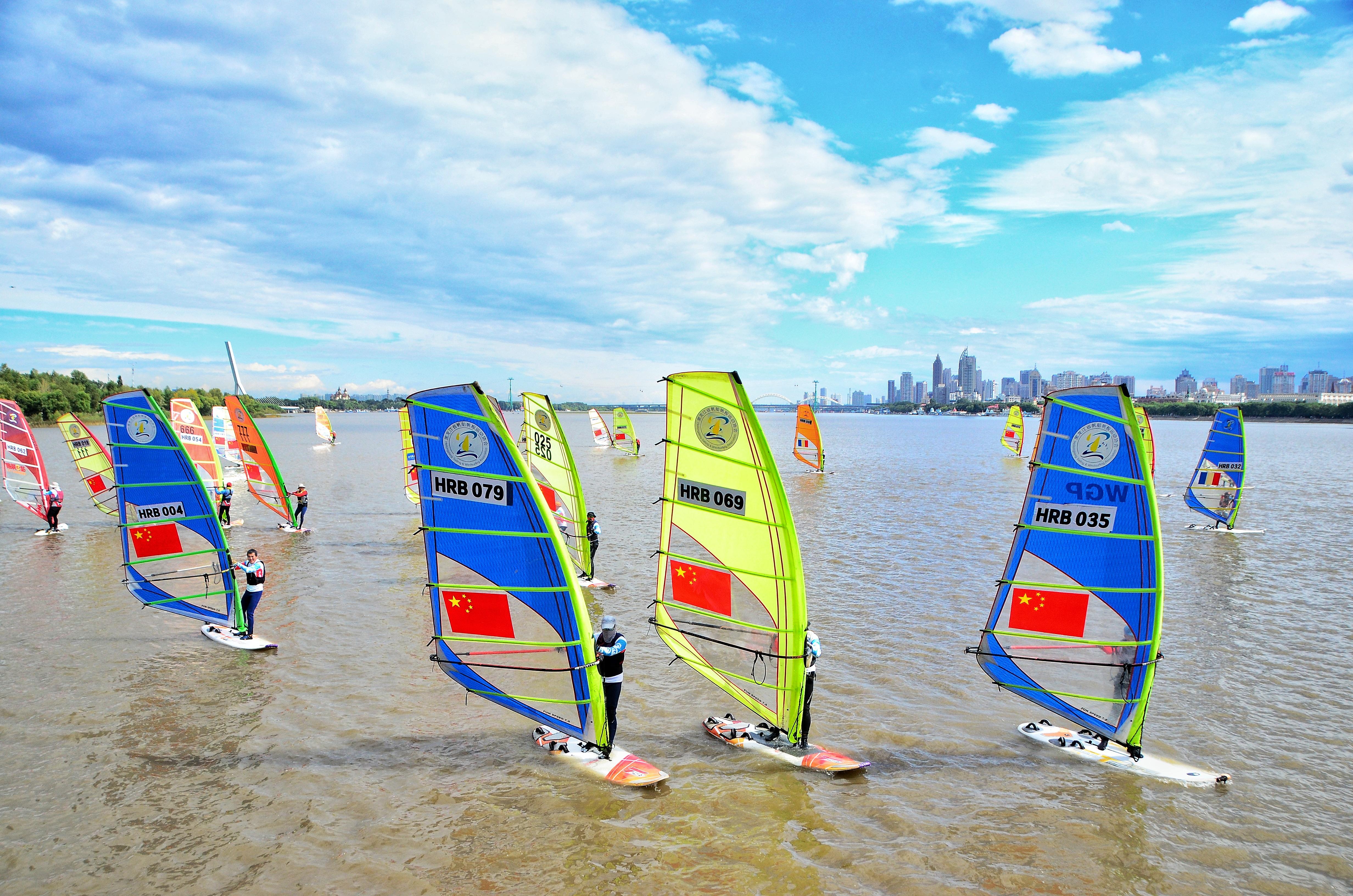 11日上午,2021哈尔滨第二届帆板奥林匹克场地公开赛在松花江滨玛逊码头水域举行。本届赛事展示了哈尔滨运动之城、活力之城、风情之城的个性和魅力,不仅为秋日的松花江增加了色彩和活力,也推动了哈尔滨市全民健身活动的蓬勃开展。