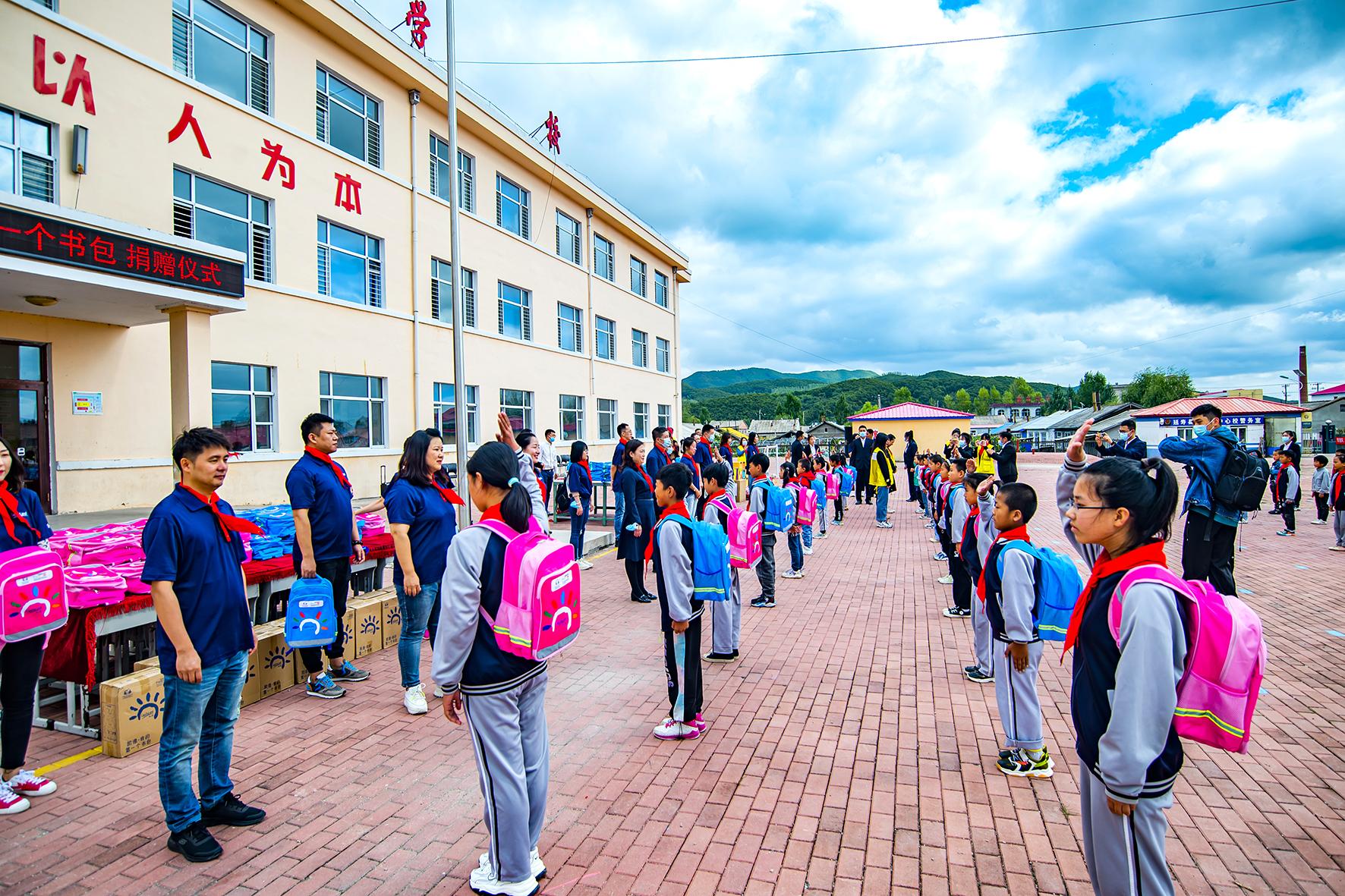 """9月14日,""""2021凯德·我的第一个书包""""公益活动在哈尔滨市延寿县寿山乡中心小学举行。来自哈尔滨的多名志愿者和延寿县寿山乡中心小学的师生们一起度过了既暖心又开心的一天。"""